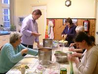 Foto van de voorbereiding in de keuken voor de brod beker bestek avond.