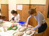 Foto van de voorbereiding in de keuken voor de bord beker bestek avond.