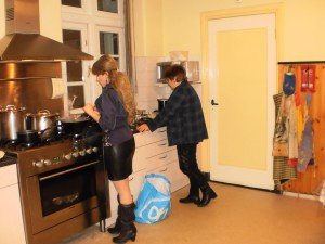 Heileen en Irina druk bezig met de voorbereidingen.